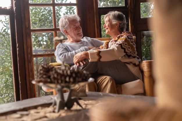 Veille de noël et vacances avec homme et femme mûrs amoureux