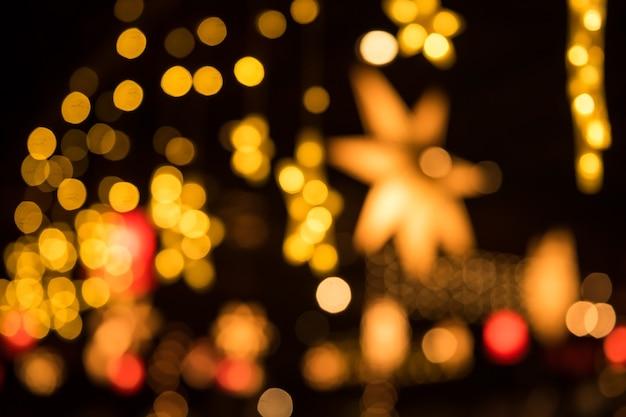 Veilleuses colorées floue lumières de fête bokeh abstraites d'ampoule colorée dans un pub et un restaurant. décoration de noël et nouvel an 2021.