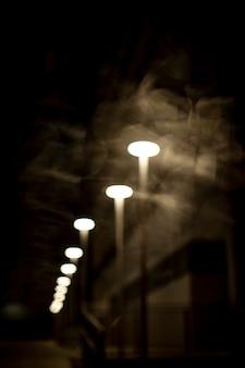 Veilleuses floues dans la ville