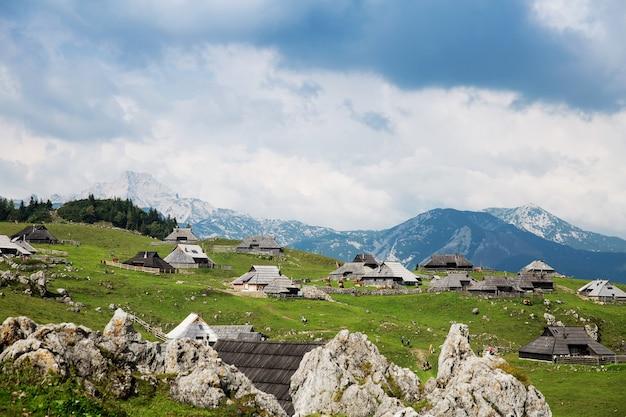 Velika planina ou grand plateau de pâturage dans les alpes de kamnik, slovénie.