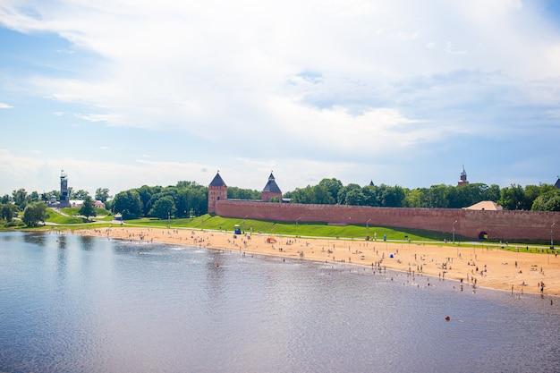Veliky novgorod, russie. kremlin de novgorod à la rivière volkhov