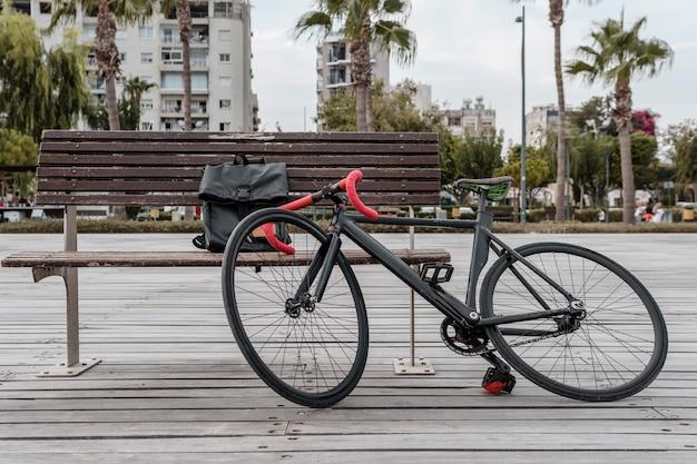 Vélo allongé sur un banc à l'extérieur