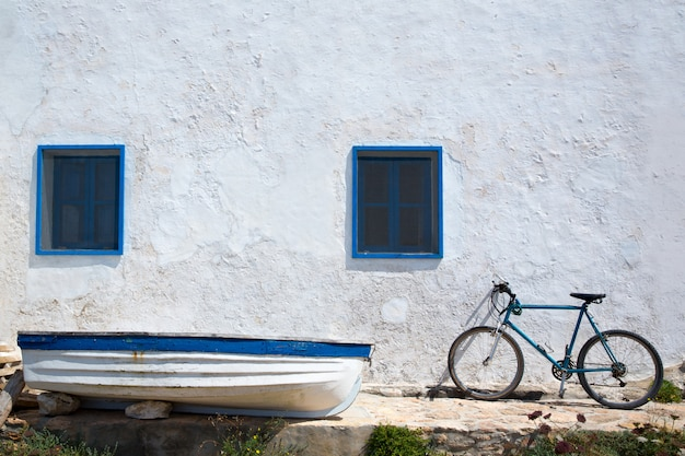 Vélo de bateau méditerranéen et mur blanc en blanc