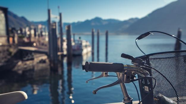 Vélo avec bateau port maritime
