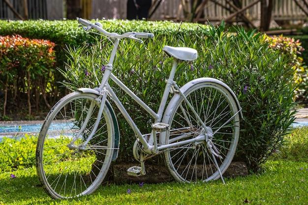 Vélo blanc rétro vintage.