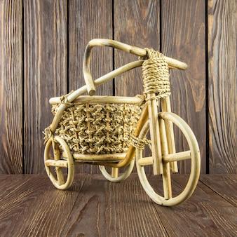 Vélo en bois sur vieux mur