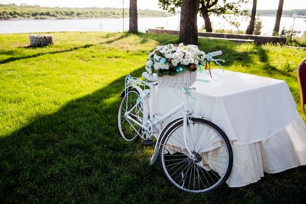 Vélo avec décoration de panier de fleurs