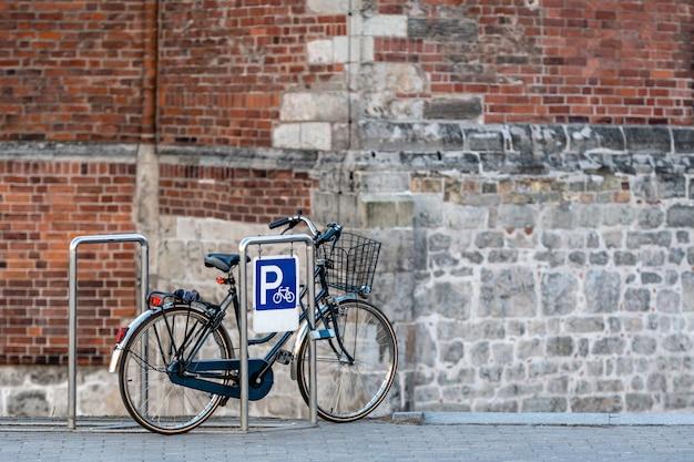Le vélo est garé sur le parking au bord de la rue de la vieille ville.