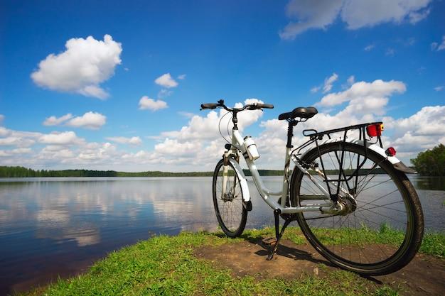 Le vélo est sur le lac par une journée d'été ensoleillée.