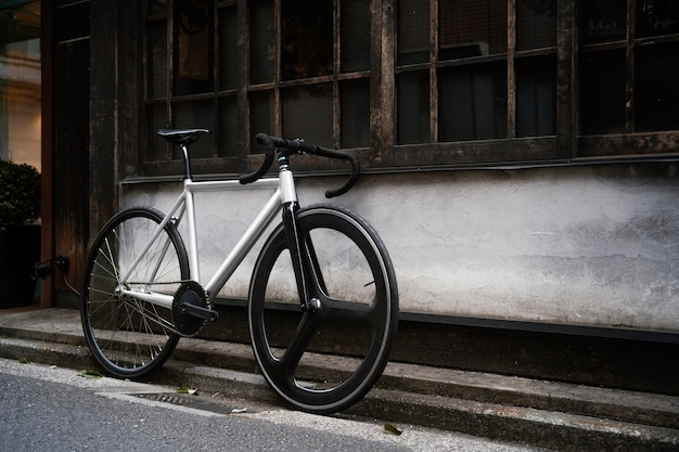 Vélo à l'extérieur dans la rue