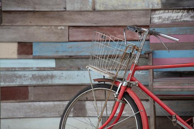 Vélo avec fond bois. concept de mémoire.