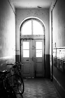 Vélo garé dans un vieux couloir