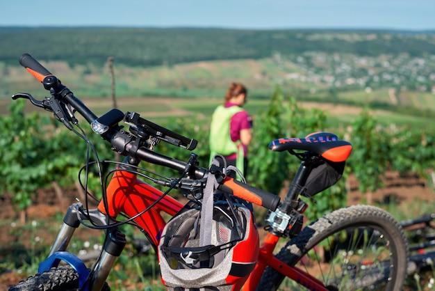 Vélo garé et une femme sur le terrain