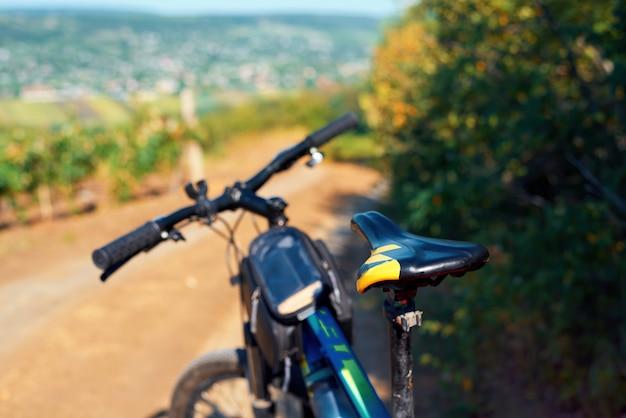 Vélo garé sur une route de campagne