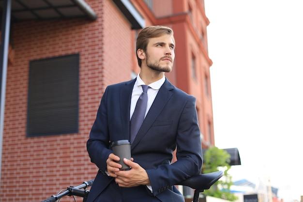 Vélo d'homme d'affaires pour la conception d'un mode de vie sain. concept de gens d'affaires. concept de réussite commerciale. notion d'écologie.