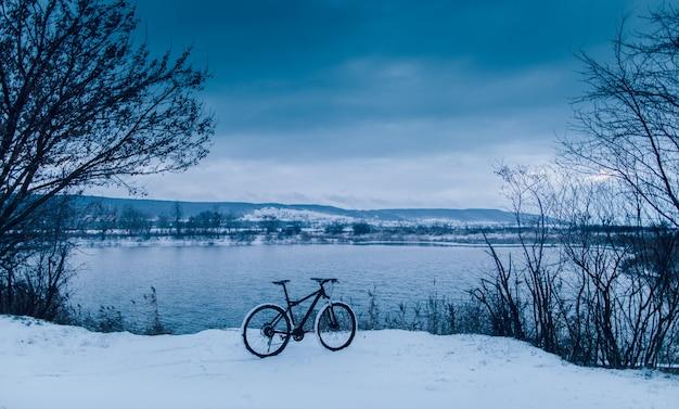 Vélo sur le lac. hiver