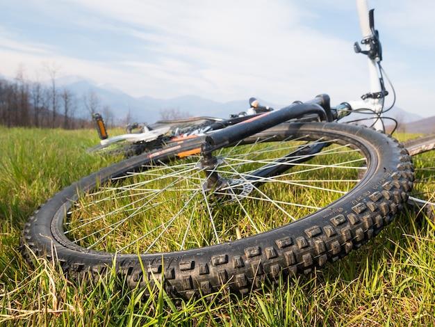 Vélo de montagne allongé sur la roue d'herbe se bouchent