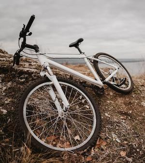 Vélo de montagne sur herbe