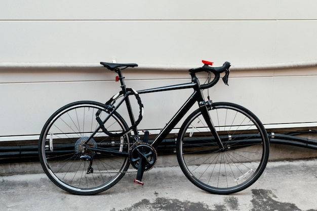Vélo noir attaché à l'extérieur