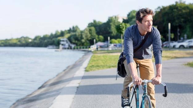Vélo occasionnel masculin à l'extérieur