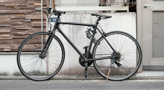 Vélo de peinture noir mat à l'extérieur