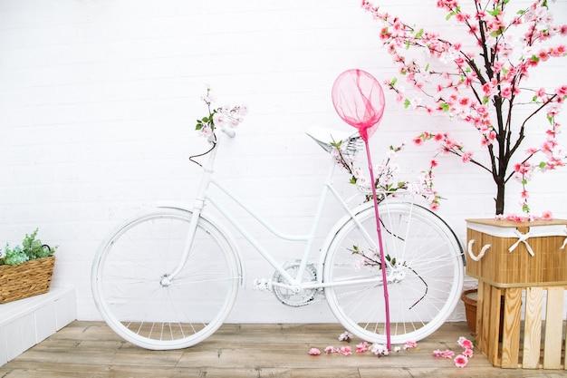 Vélo rétro avec fleur. décor de jardin dans le style provençal