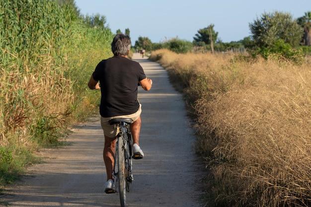 En vélo sur une route de campagne au coucher du soleil