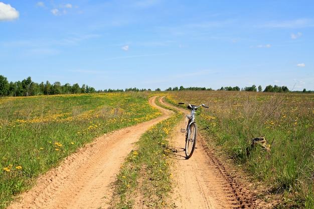 Vélo sur route rurale