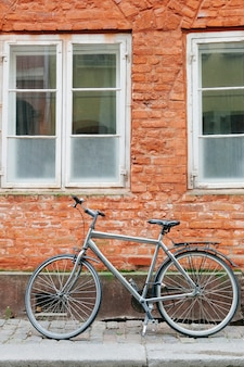 Vélo sur le trottoir de la rue en pierre