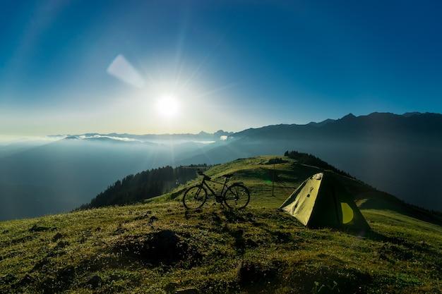 Vélo en vélo camp contre sunset sky background