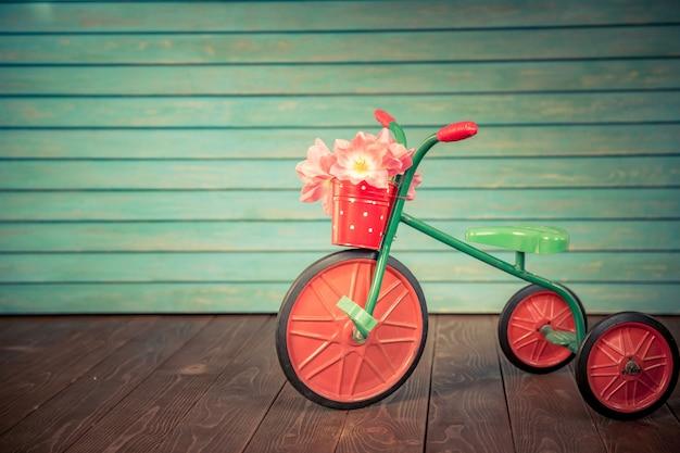 Vélo vintage avec bouquet de tulipes sur fond de bois journée de la femme 8 mars vacances de printemps