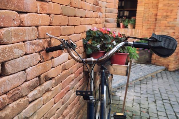 Vélo vintage avec décoration de fleurs