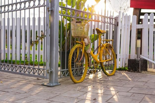 Vélo vintage en été. vieux vélo minable.