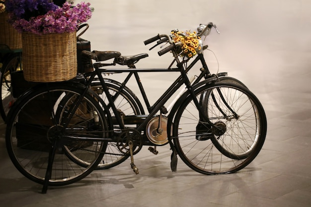 Vélo vintage avec panier de fleurs