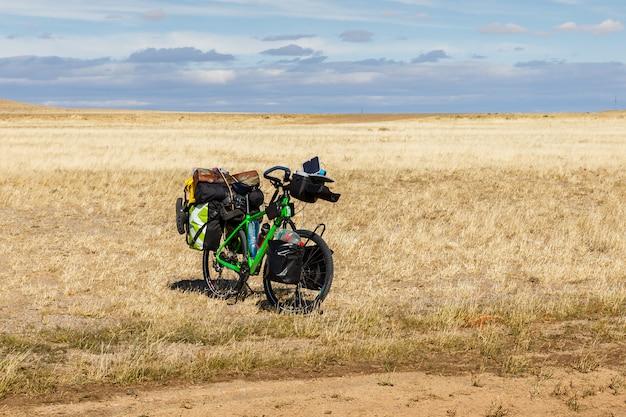 Vélo de voyageur avec sacs