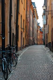Vélos appuyés contre un mur d'un immeuble, gamla stan, stockholm, suède