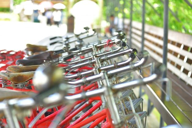 Vélos garés sur le trottoir place publique.