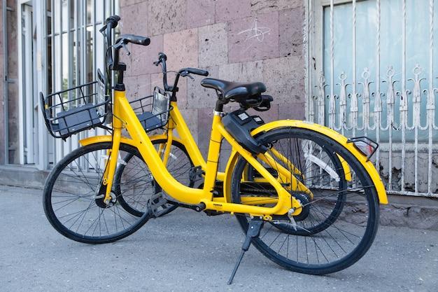 Vélos jaunes à louer dans la ville