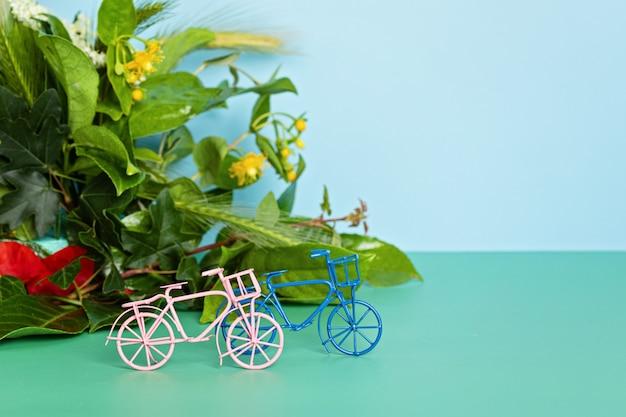 Vélos jouets et feuilles vertes. journée sans voiture, idée de la journée mondiale du vélo