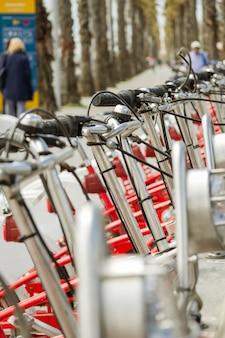 Vélos rouges garés d'affilée dans la rue, à barcelone, espagne
