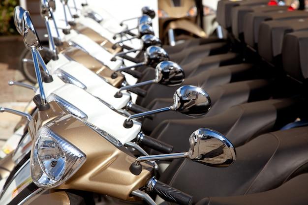 Vélos scooter motoerbikes détail dans une rangée
