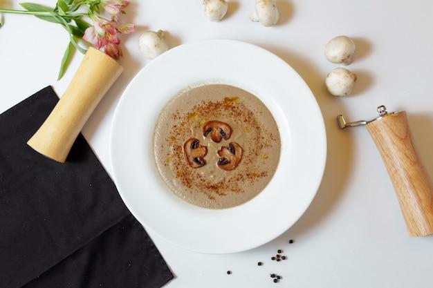 Velouté aux champignons, crème et cèpes. plat de champignons éco sauvages