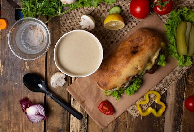 Velouté aux champignons avec sandwich à la baguette et au hambede à emporter imagr