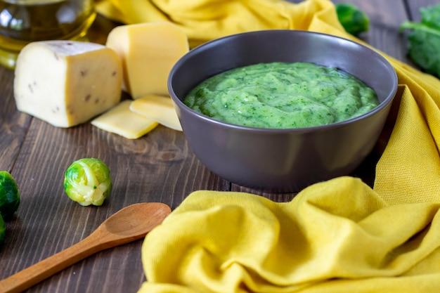 Velouté aux épinards et au fromage. alimentation saine. fond en bois