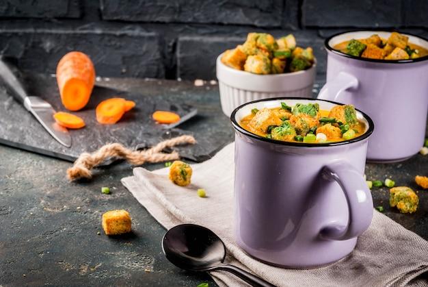 Velouté de carottes en purée fait maison avec craquelins