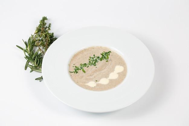 Velouté de champignons dans une assiette blanche