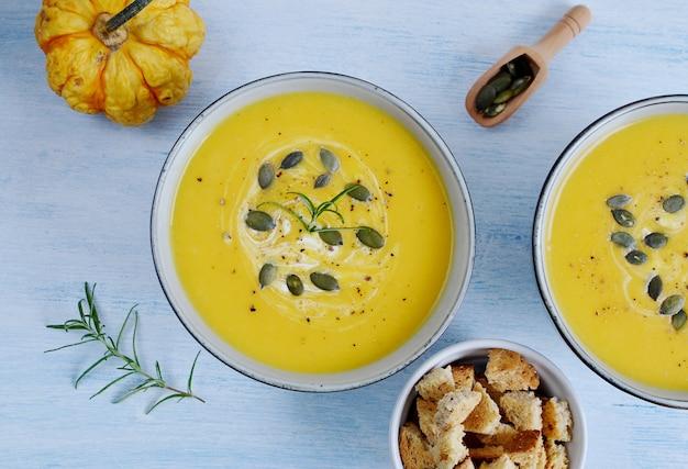 Velouté à la citrouille avec croûtons concept d'automne des aliments sains
