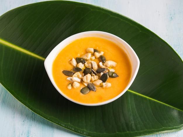 Velouté de courge aux haricots avec graines et noix