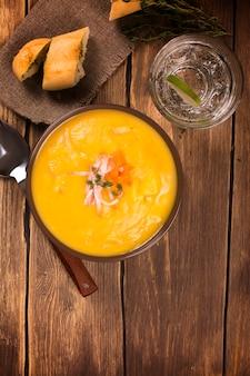 Velouté de légumes à l'orange avec bacon et thym. concept de dîner. style rustique