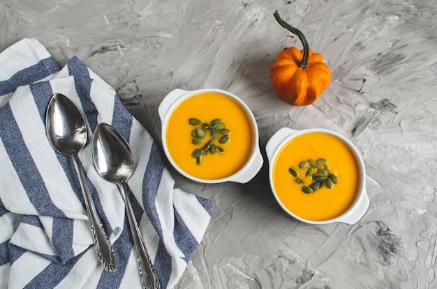 Velouté de potiron aux graines automne nourriture végétarienne saine fond gris